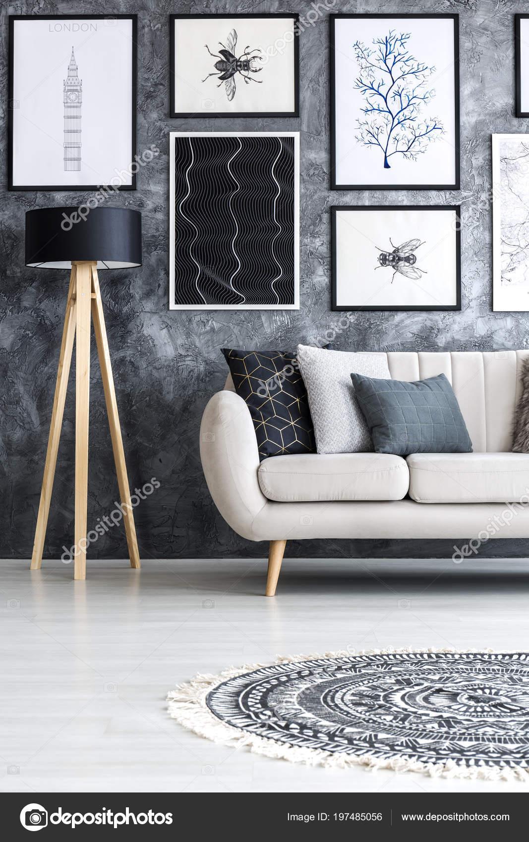 Schwarzes Holz Lampe Neben Einem Beige Sofa Wohnzimmer Interieur Mit U2014  Stockfoto