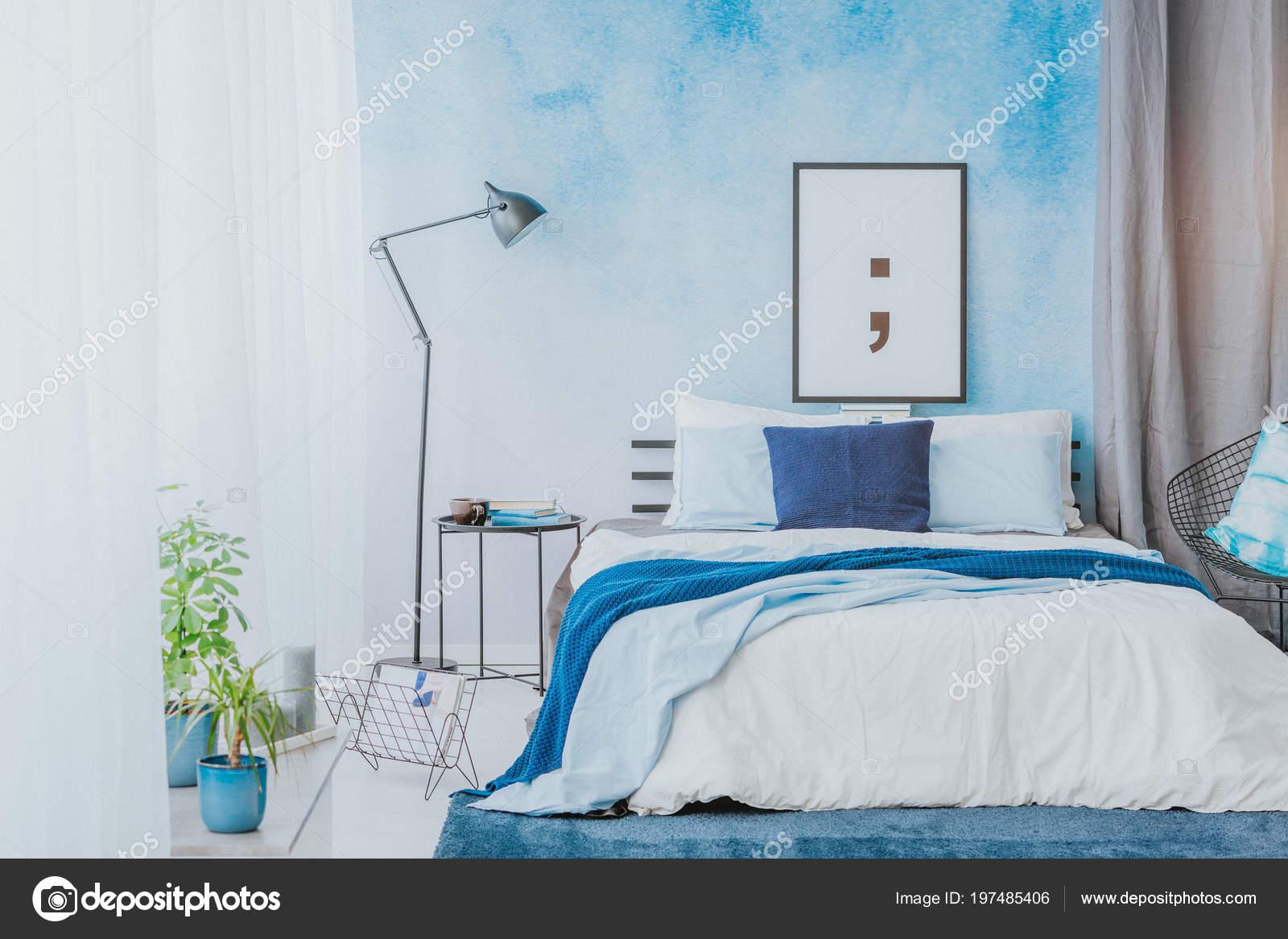 Intérieur Chambre Coucher Romantique Avec Des Accents Bleus Affiche ...