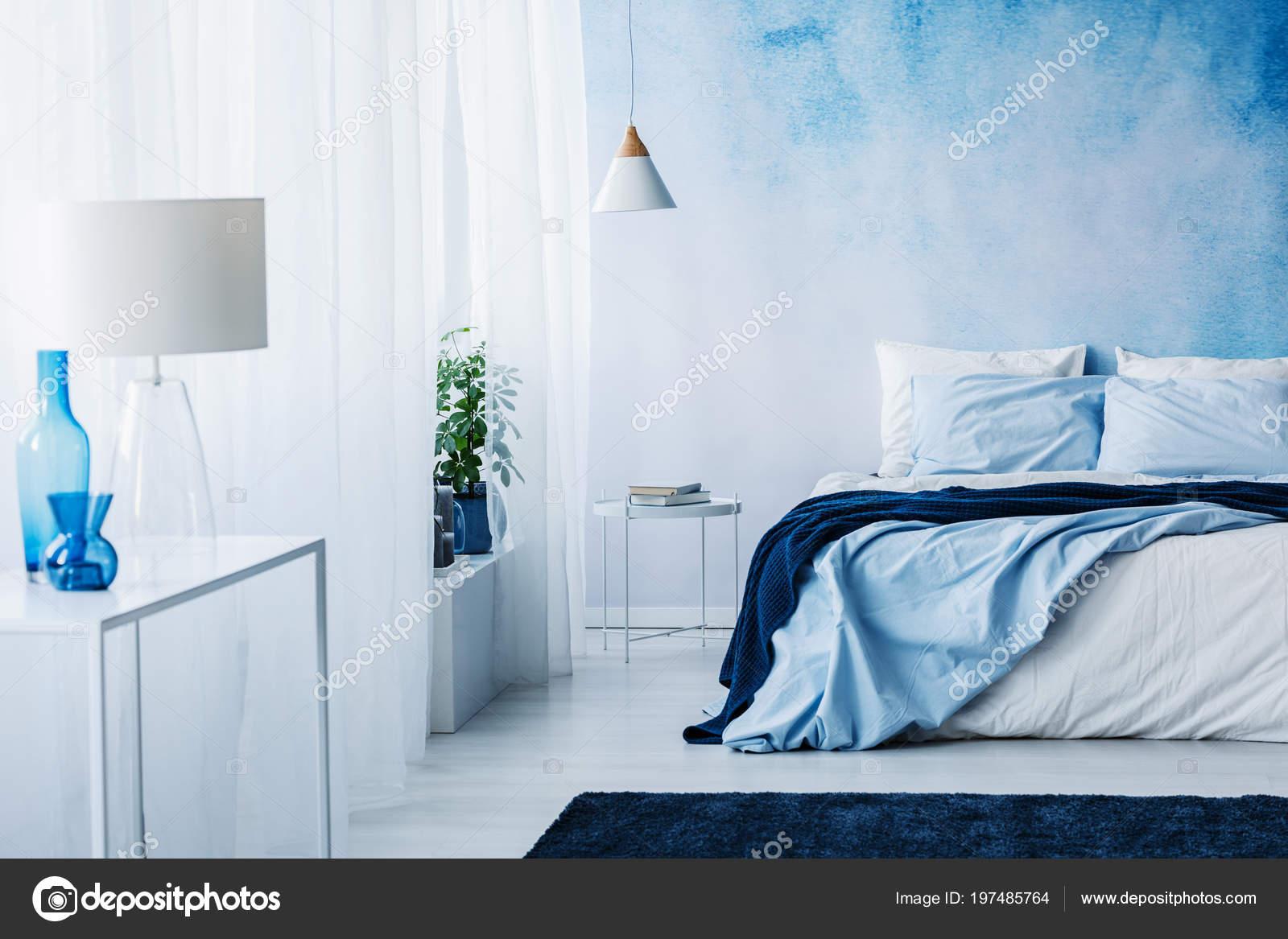 Interieur Slaapkamer Behang : Rustgevende slaapkamer interieur met witte blauwe decoraties