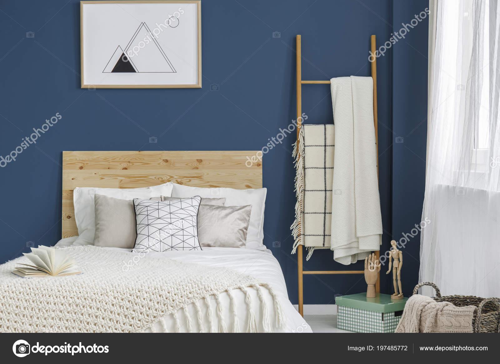 lit avec tête lit bois debout intérieur chambre bleue avec
