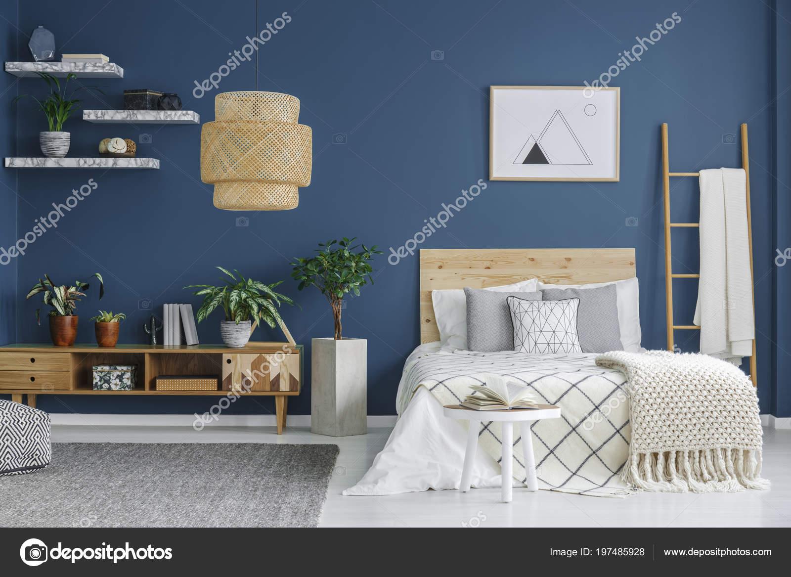 Interior Acogedor Dormitorio Con Cama Doble Mueble Madera Lámpara ...