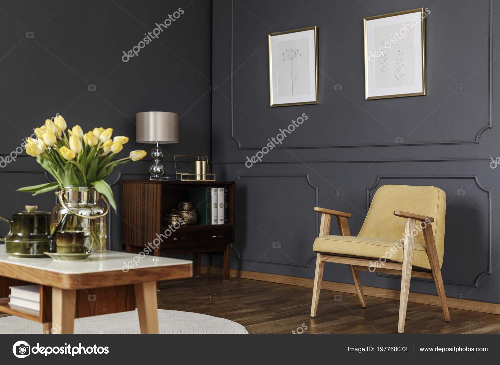 houten kast hoek van een donkere woonkamer interieur met lambrisering stockfoto