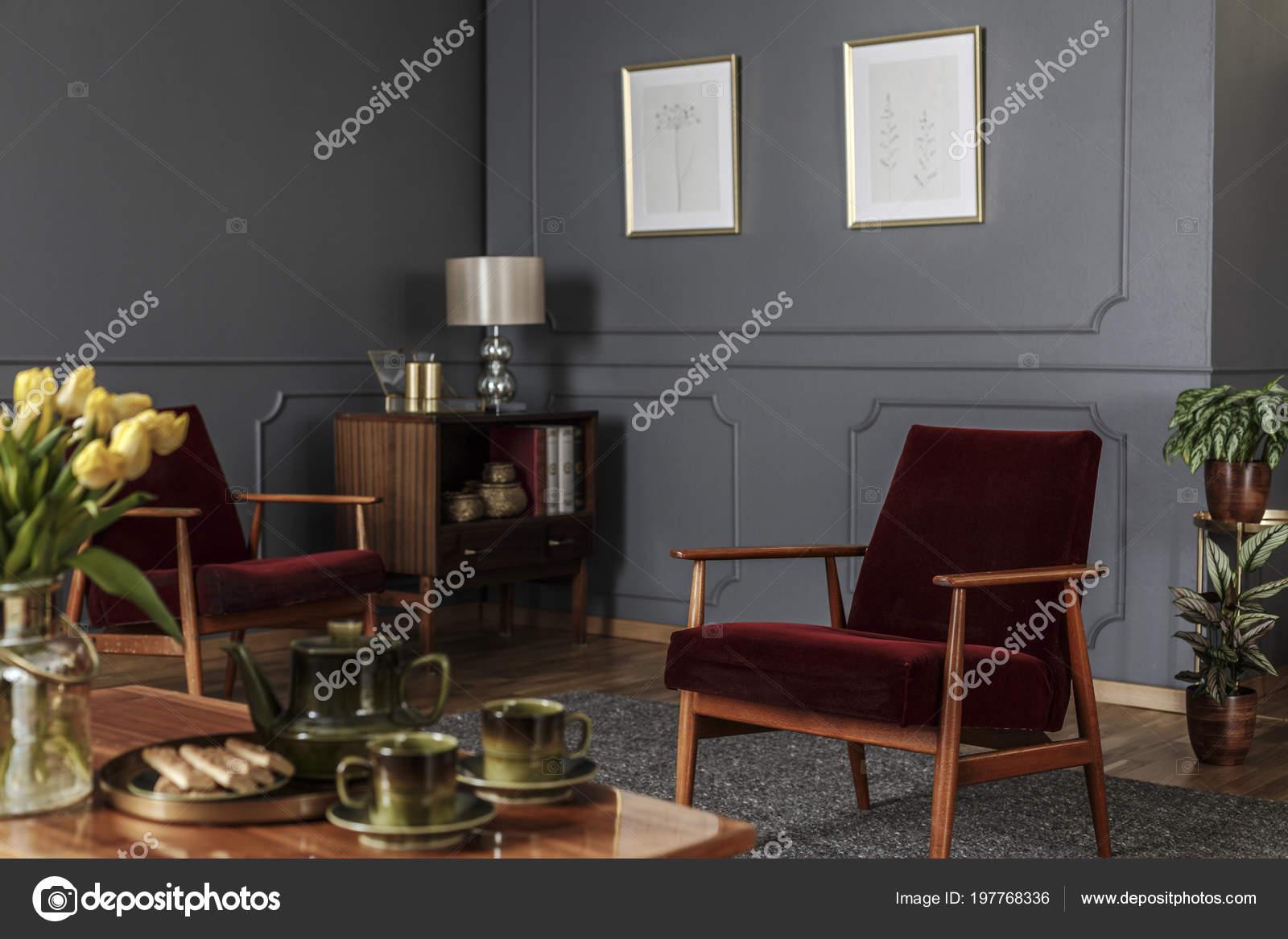 Posters grijs muur met molding woonkamer interieur met rode houten