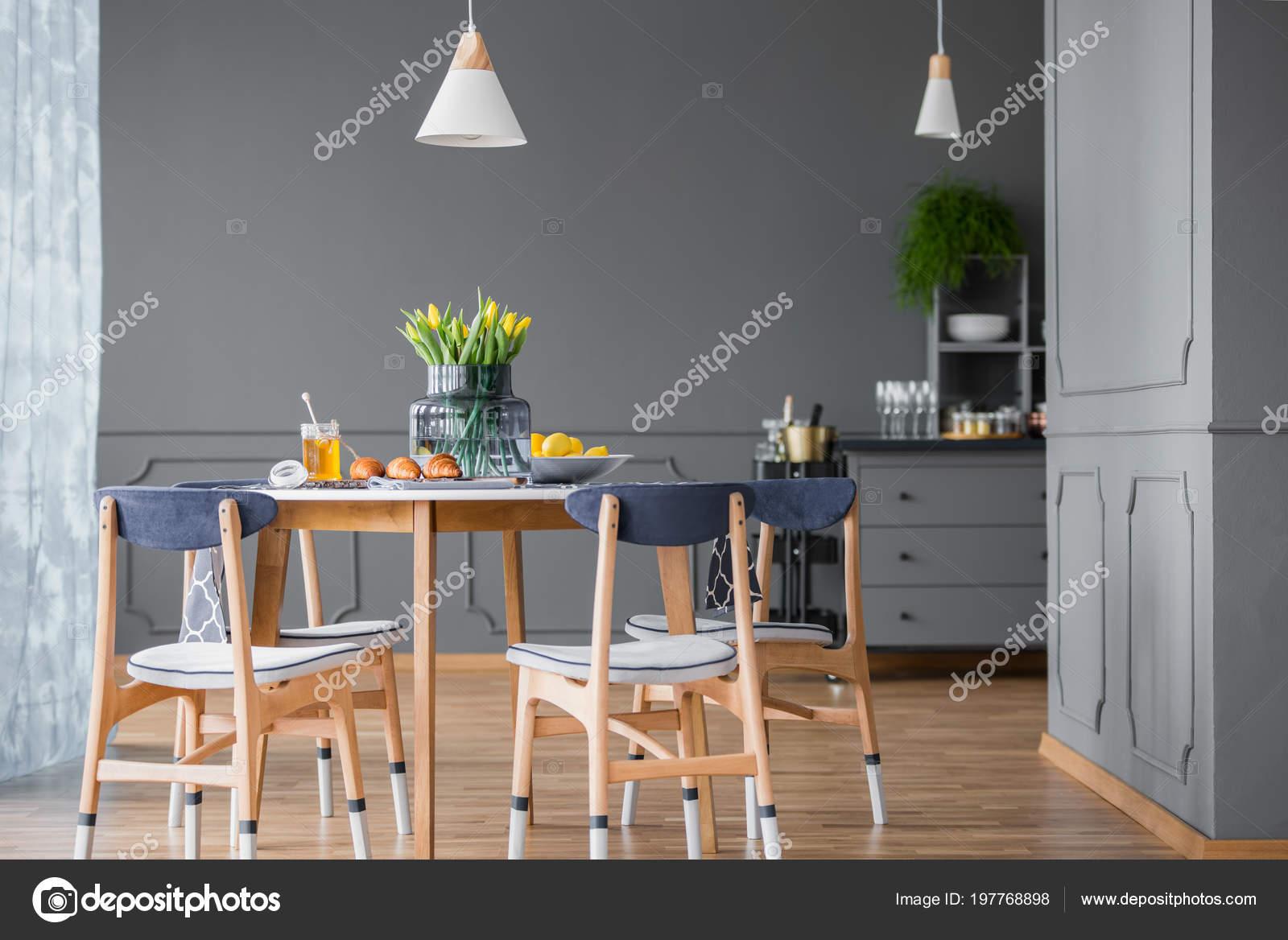 Eettafel met stoelen grijze keuken interieur met houten vloer