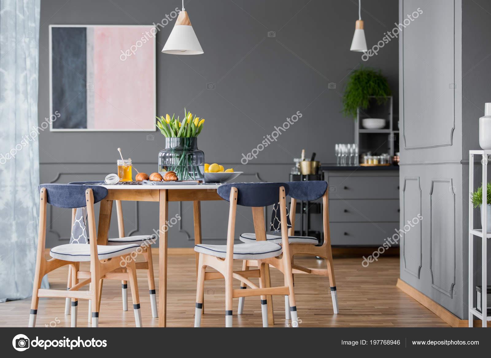 Interior Comedor Gris Con Pintura Color Rosa Azul Mesa Madera — Foto ...
