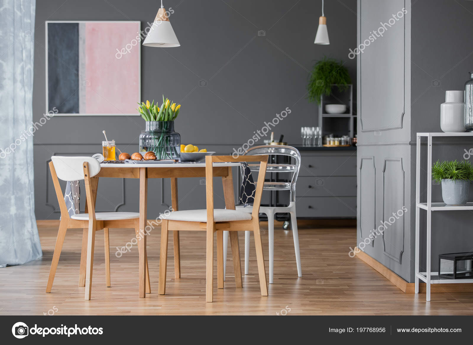 peinture rose bleue marine intrieur sombre salle manger avec table photo