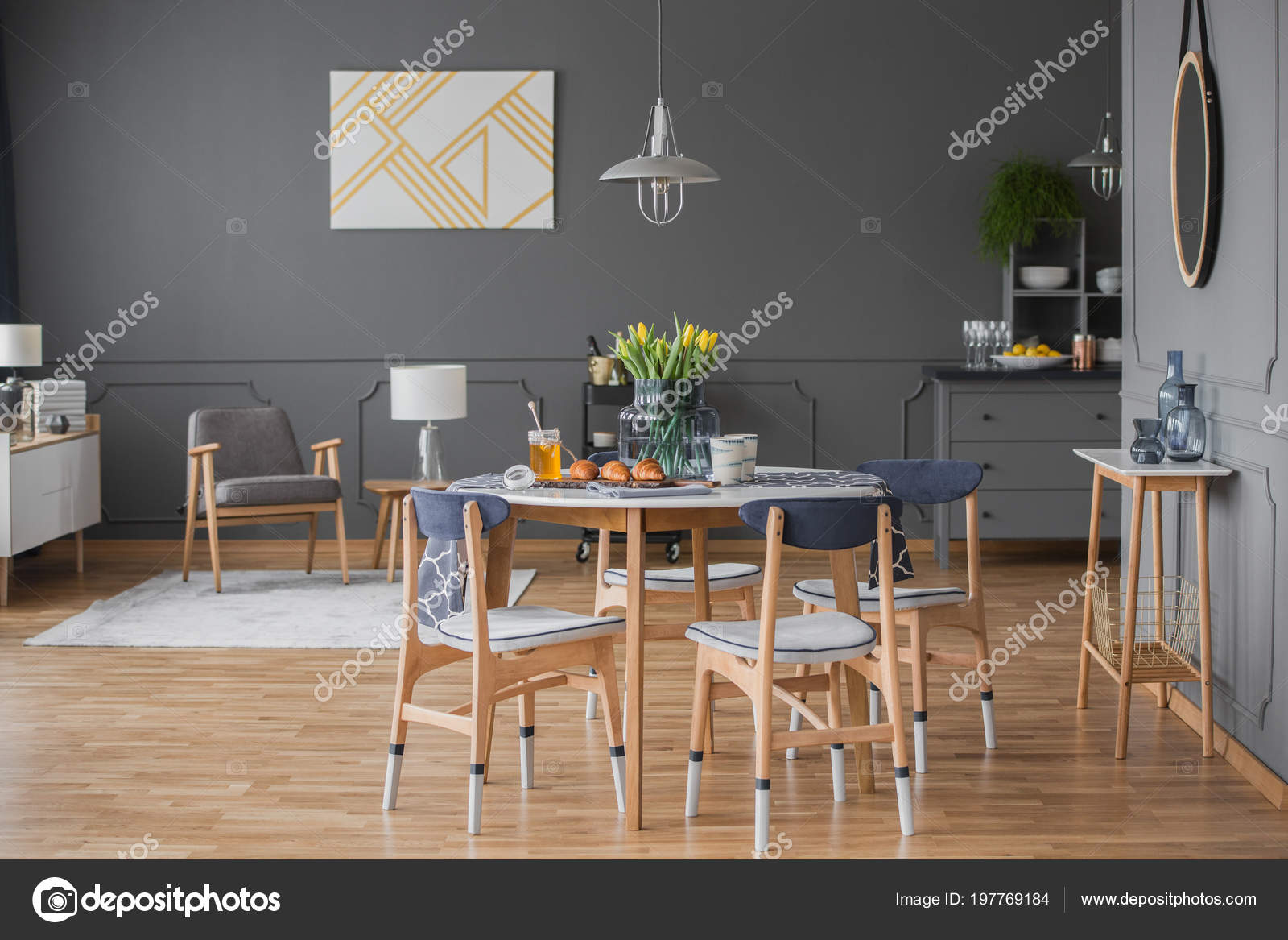 Salle A Manger Mur Gris destiné intérieur salle manger spacieuse avec bâti mur gris table chaises
