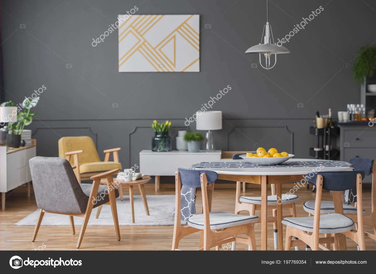 https://st4.depositphotos.com/2249091/19776/i/1600/depositphotos_197769354-stockafbeelding-houten-stoelen-bij-eettafel-grijs.jpg