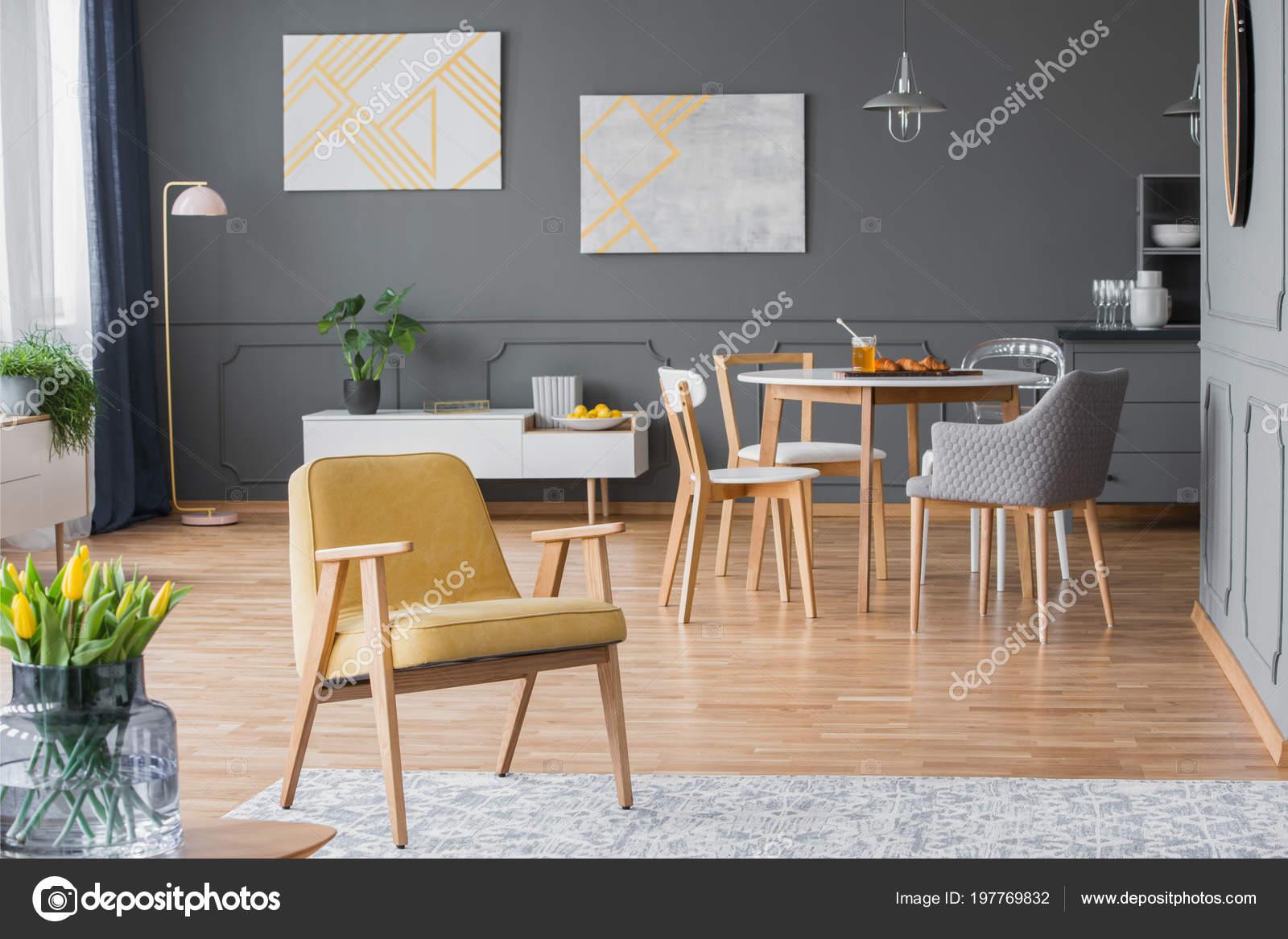 Vintage gele fauteuil een interieur van eetkamer met een ronde