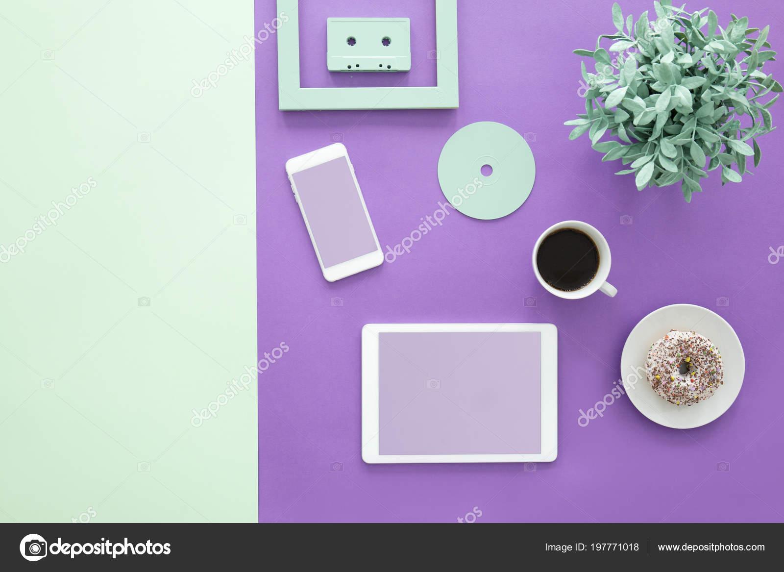 Set Da Scrivania Viola : Pianta anello tazza caffè sulla scrivania viola con mockup tablet