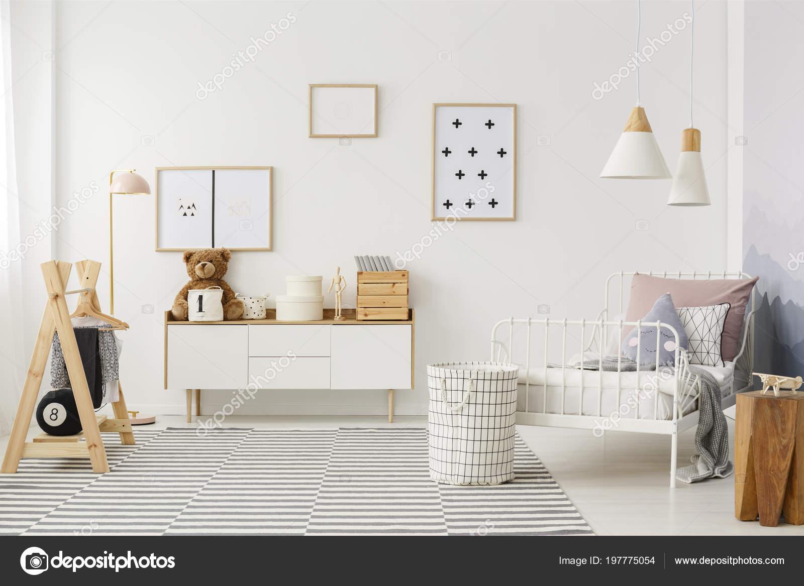 Intérieur Chambre Coucher Enfant Naturel Lumineux Avec Des Meubles ...