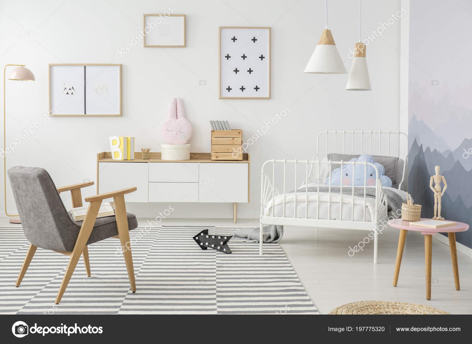 Roze Grijze Slaapkamer : Roze tabel grijs houten fauteuil girl slaapkamer interieur met