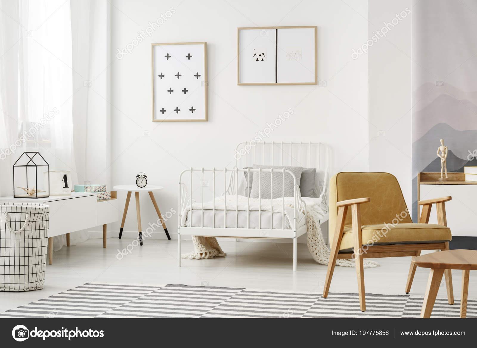 Posters Minimalistas Enmarcados Una Pared Blanca Interior Dormitorio ...