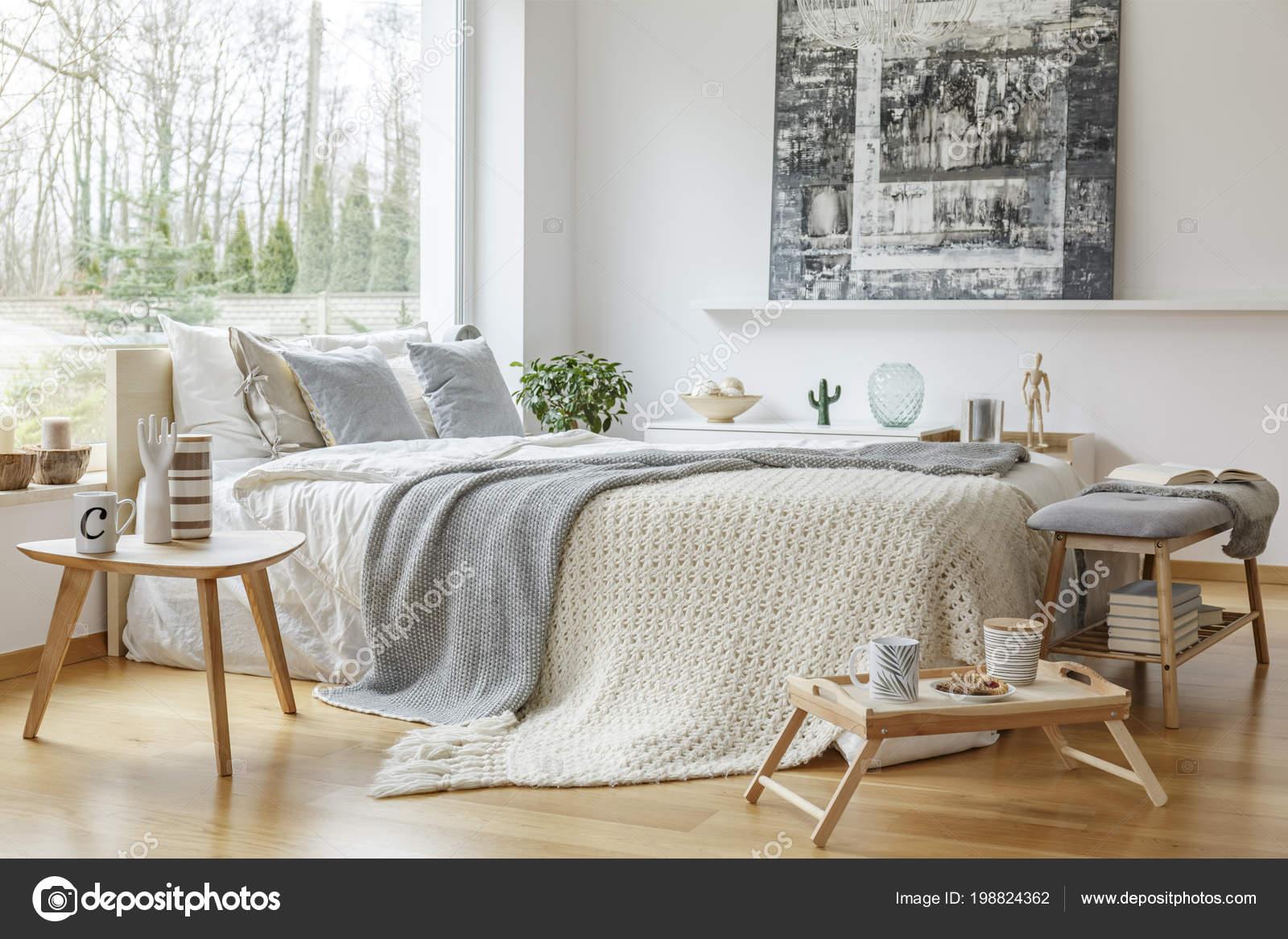peinture sur le mur intrieur de chambre coucher scandi avec mobilier en bois et couverture tricot sur lit image de photographeeeu