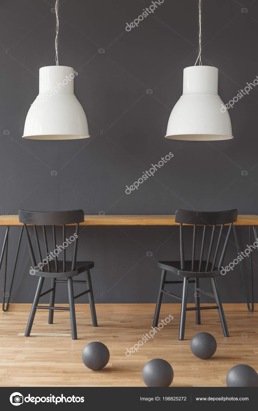 Zwarte Stoelen Aan Houten Tafel Onder Witte Lampen Eetkamer ...