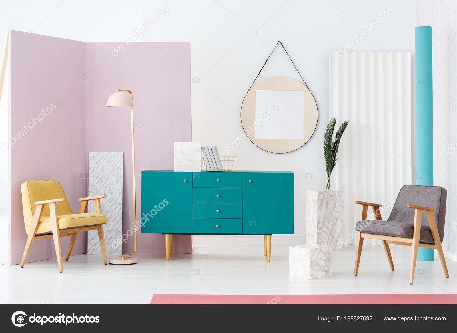 Turquoise Accessoires Woonkamer : Moderne woonkamer interieur met twee fauteuils pastel roze lamp