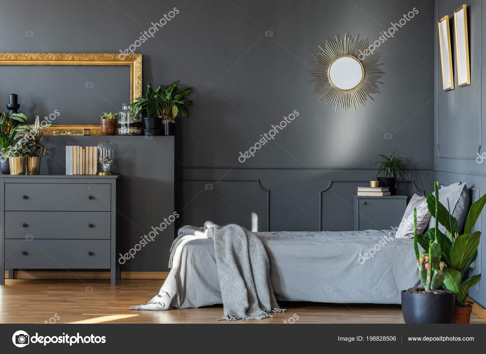 Decoratieve spiegel hangen aan muur donker grijs slaapkamer