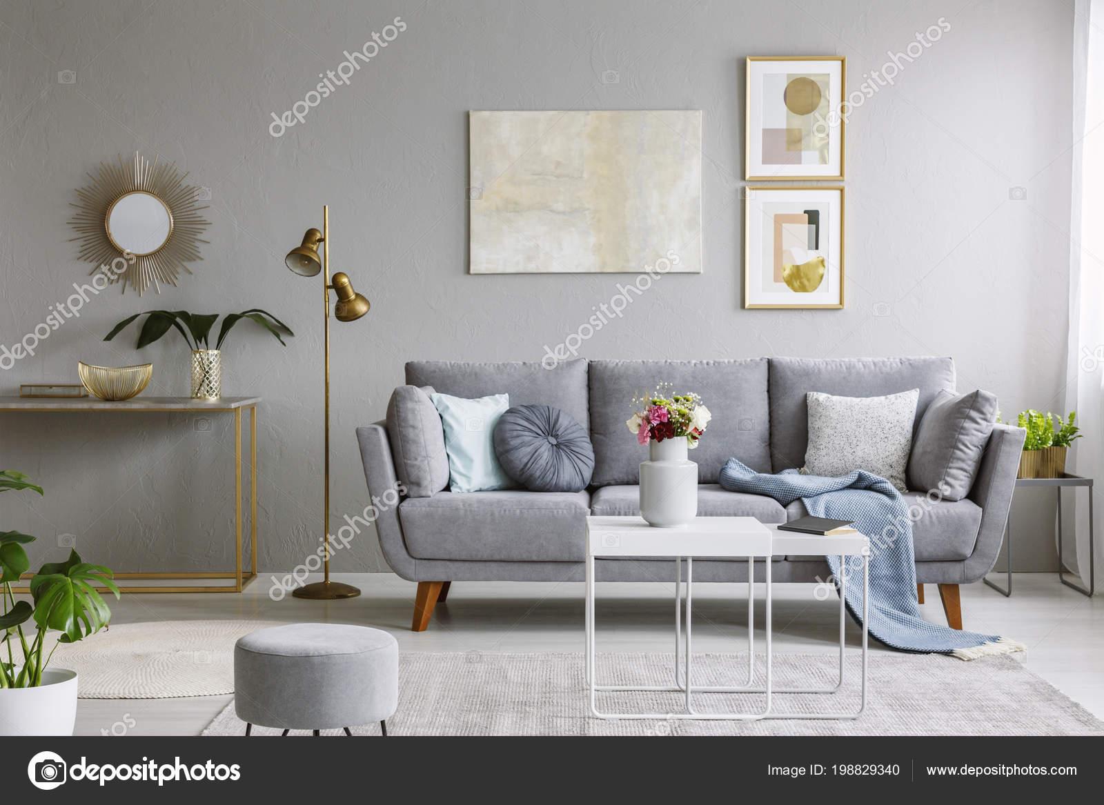Echte foto van een grijze bank met kussens deken staande u2014 stockfoto
