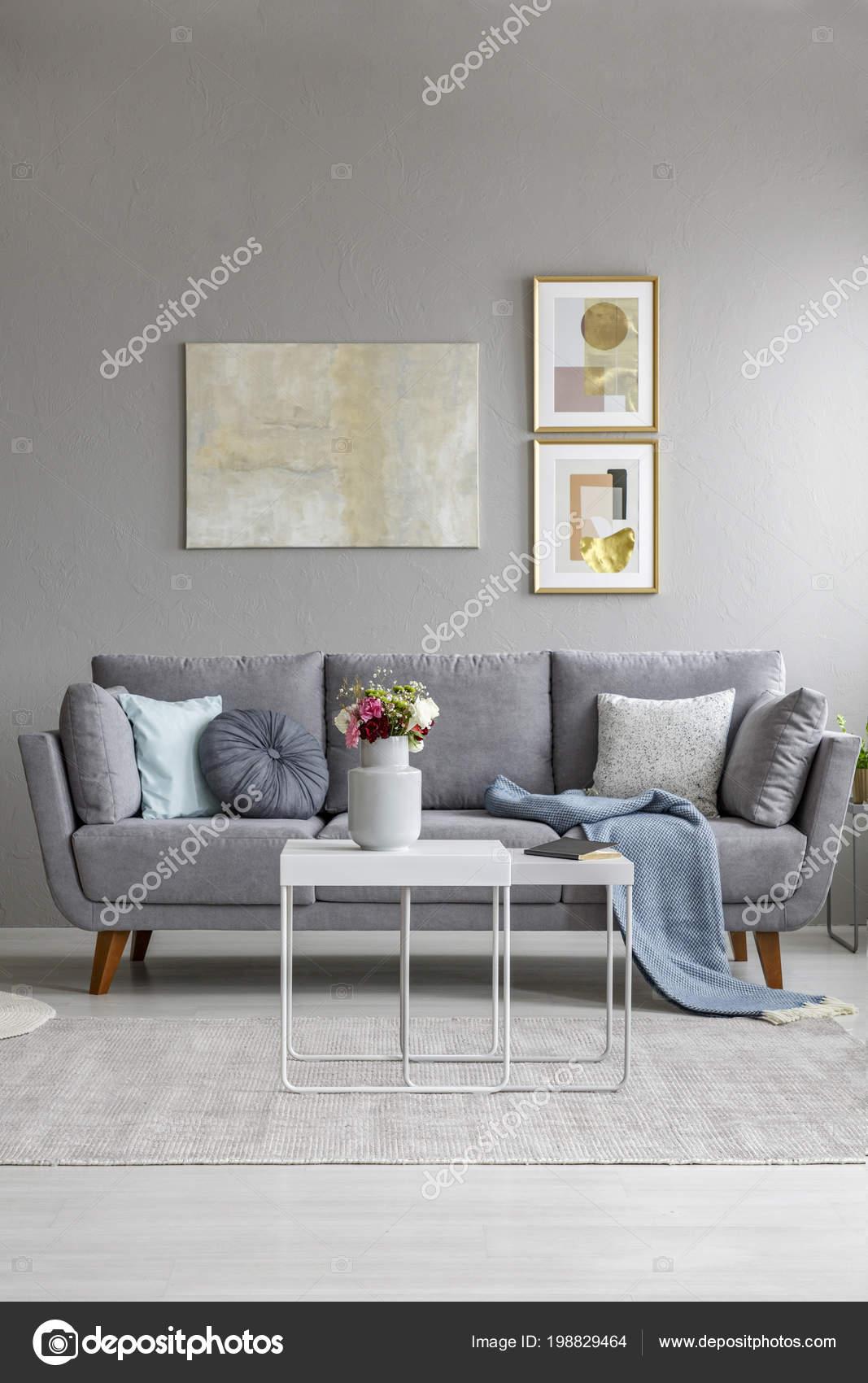 Blumen tisch vor graue couch wohnzimmer interieur mit poster der stockfoto - Poster wohnzimmer ...