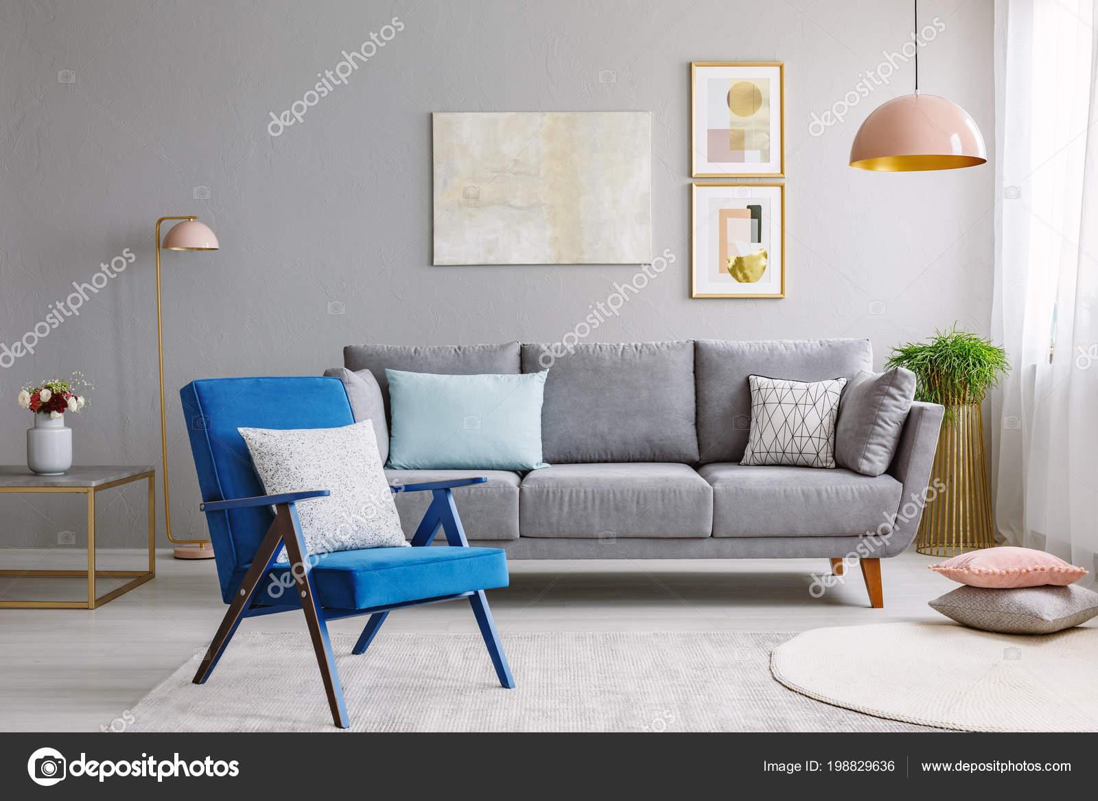 Blauer sessel der nähe von grauen sofa modernen wohnzimmer