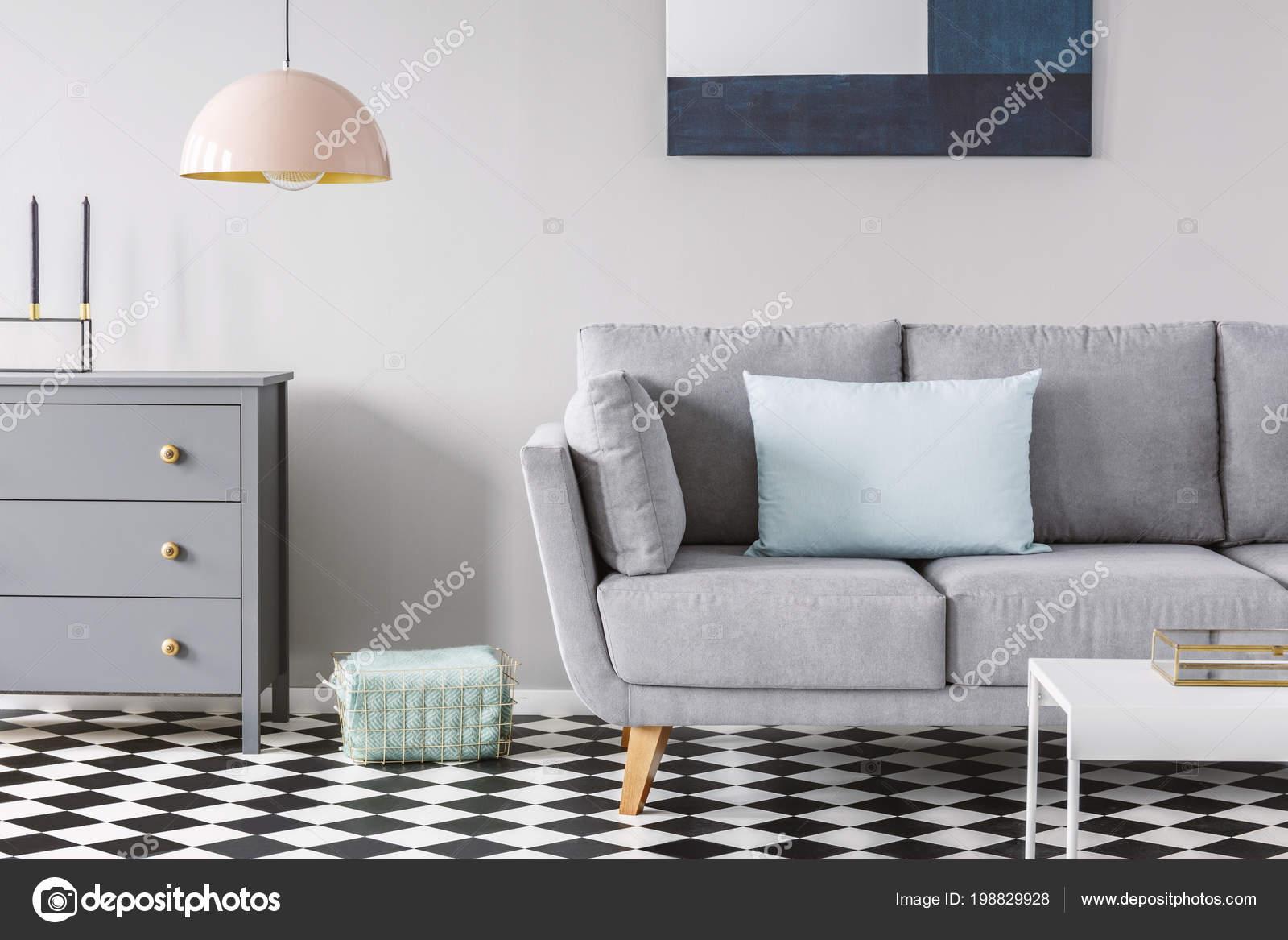 Schon Rosa Lampe Oben Grau Schrank Neben Sofa Im Karierten Stock In Pastell  Wohnzimmer Interieur. Echtes Foto U2014 Foto Von Photographee.eu