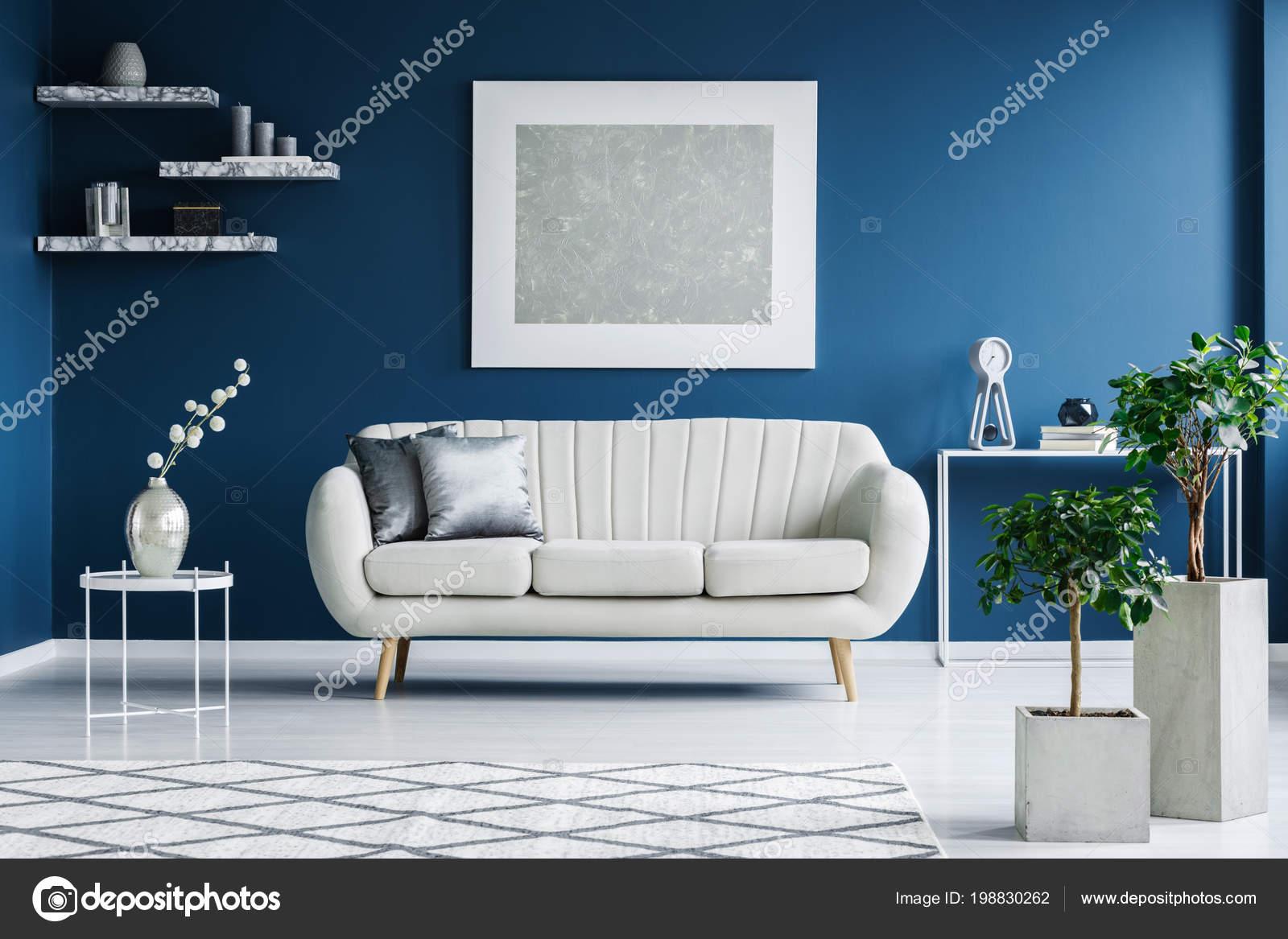 https://st4.depositphotos.com/2249091/19883/i/1600/depositphotos_198830262-stockafbeelding-wit-blauw-woonkamer-interieur-met.jpg