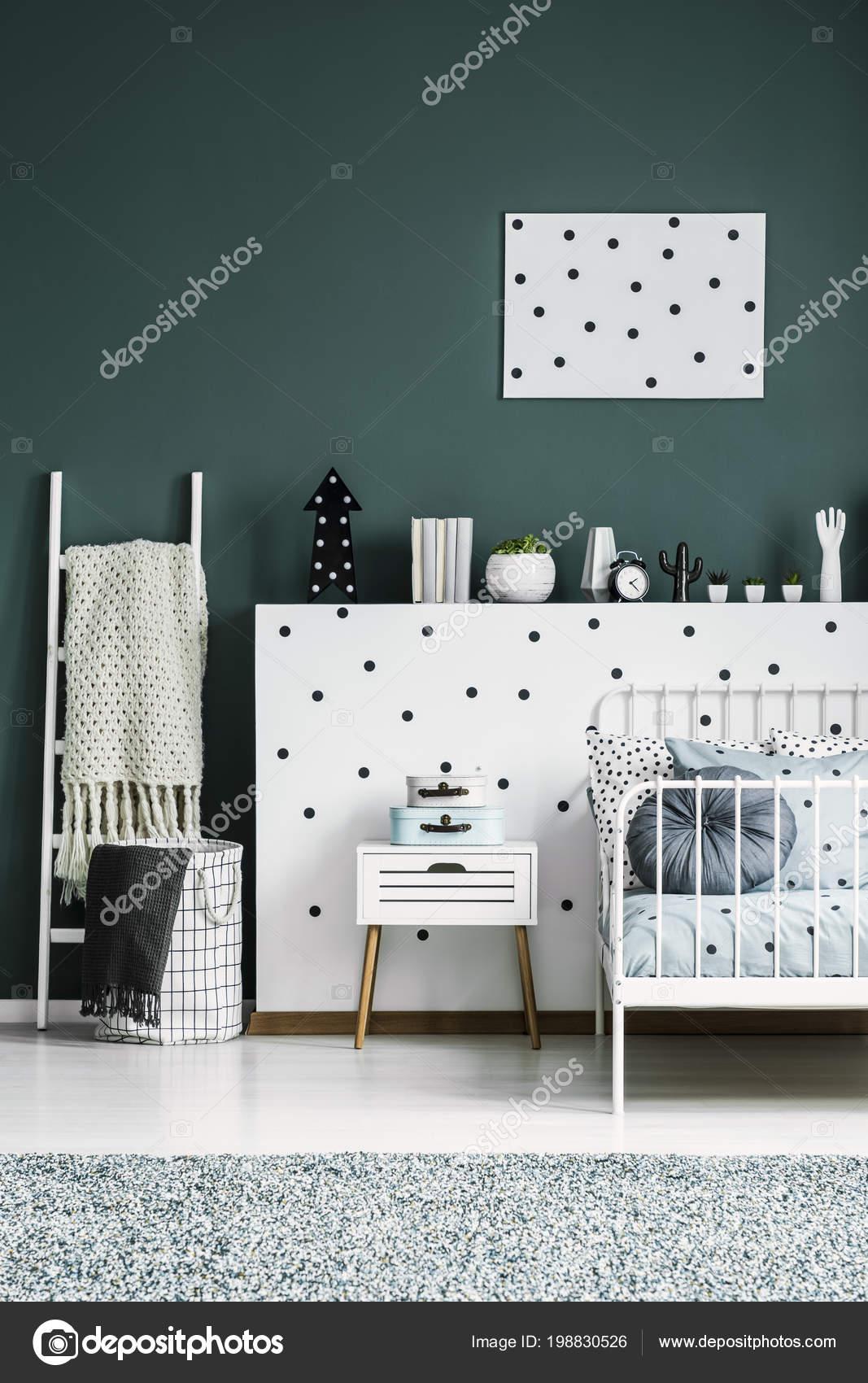 https://st4.depositphotos.com/2249091/19883/i/1600/depositphotos_198830526-stockafbeelding-gedessineerde-poster-groene-muur-boven.jpg
