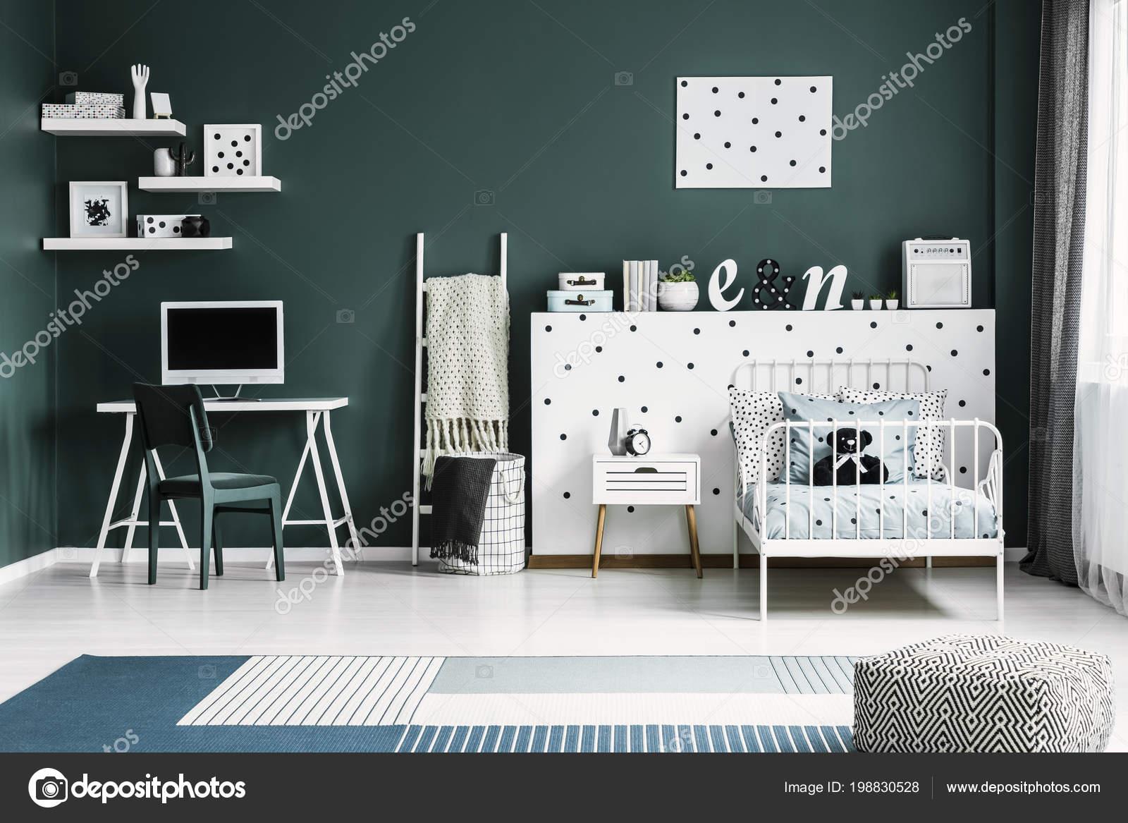 Lit jumeau métal blanc par mur pois avec décorations bureau