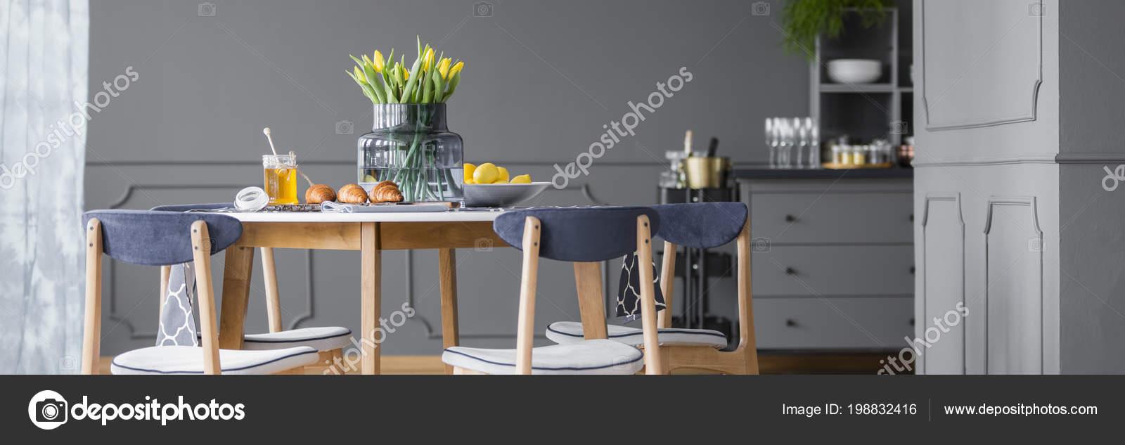 Gelbe Tulpen Auf Holztisch Mit Stuhlen Grau Rustikalen Esszimmer