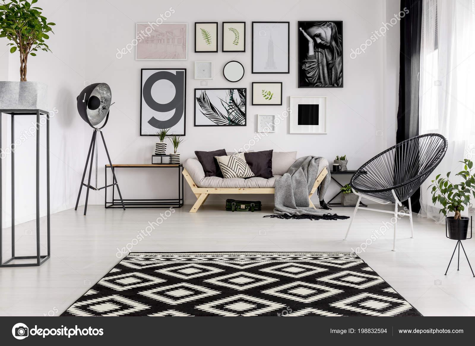 99f6684cdc66bc Schwarz Weiß Gemusterten Teppich Modernen Wohnzimmer Interieur Mit Plakaten  Und — Stockfoto