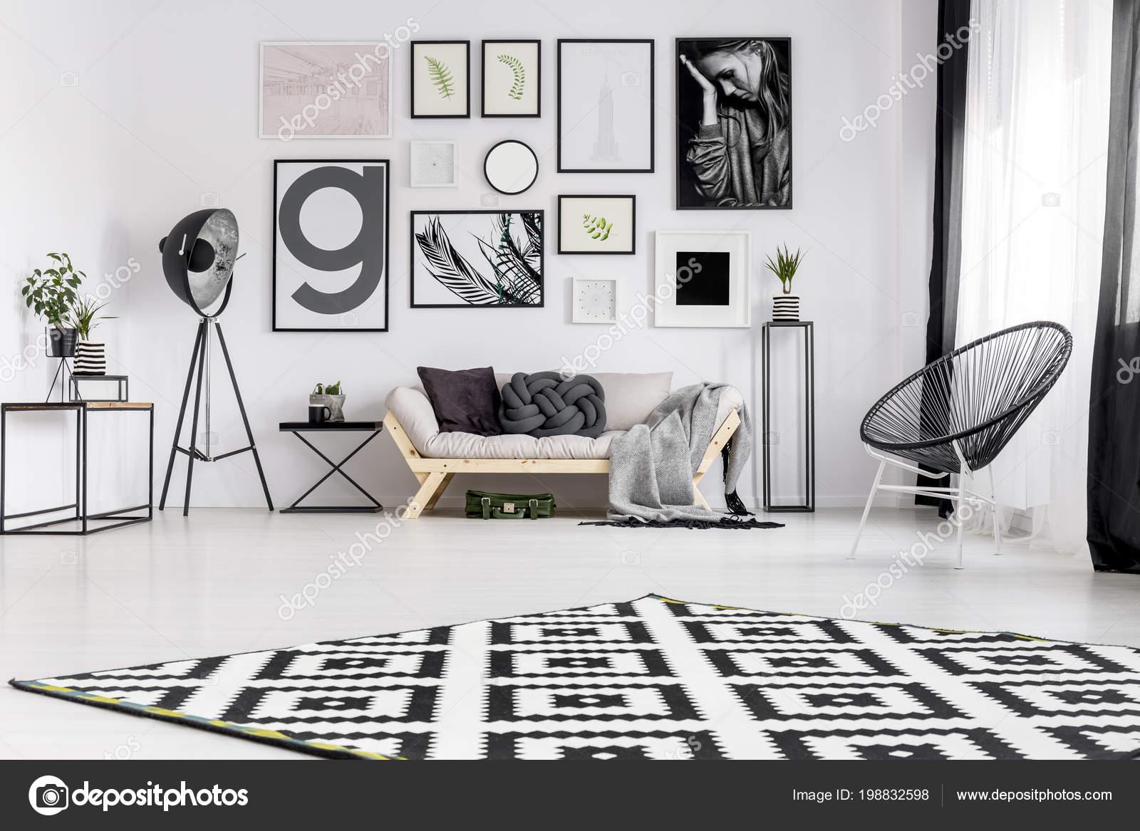 Poltrona Preta Perto Sof Moderno Sala Interior Com Galeria Posters  -> Parede Galeria Sala