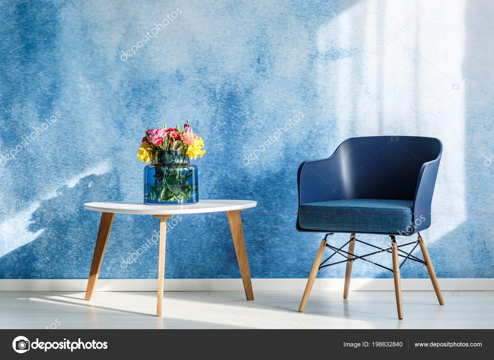 Kleurrijke Witte Woonkamer : Kleurrijke bloemen witte houten tafel naast marineblauw fauteuil