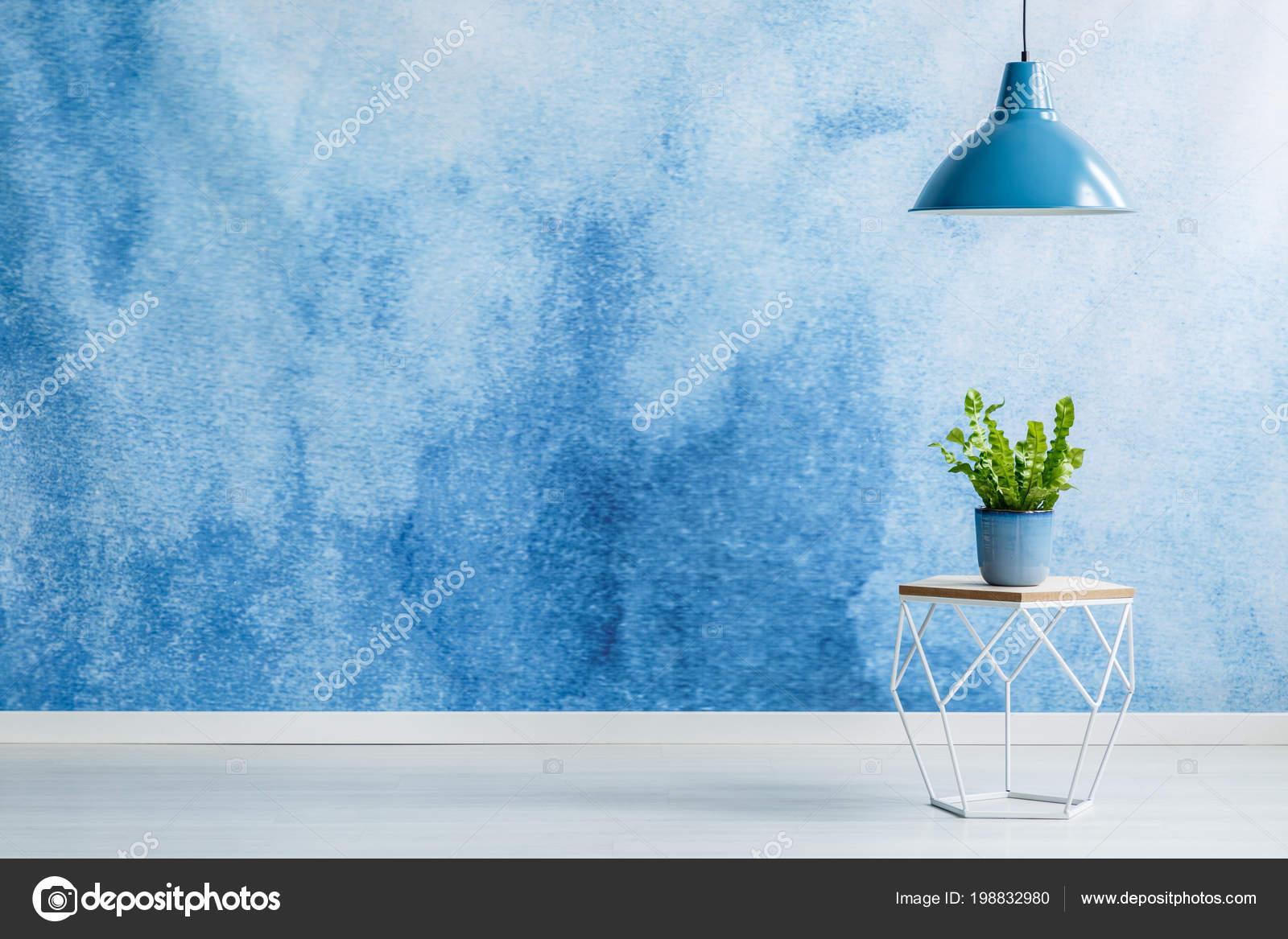 Blaue Lampe Oben Moderner Tisch Mit Werk Leeren Raum Innenraum ...