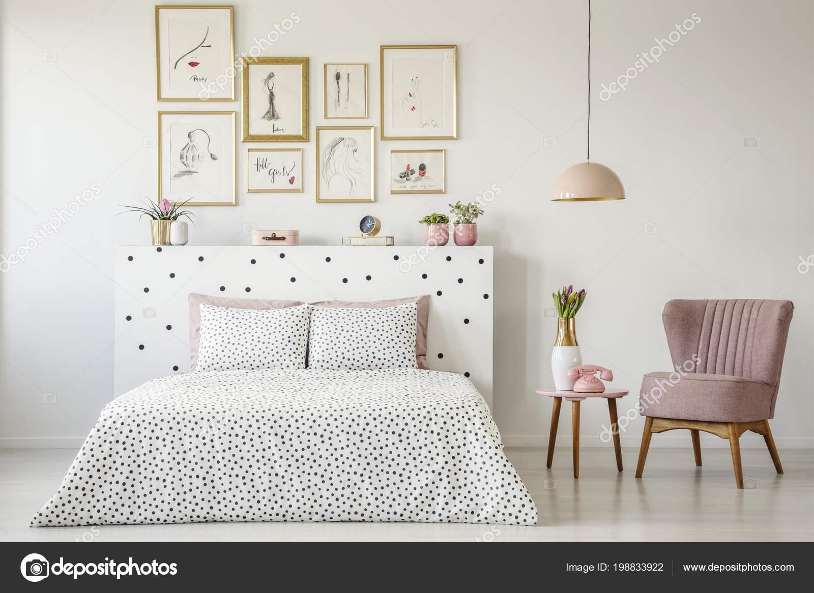Punktiert Doppelbett Inmitten Einer Ruhigen Schlafzimmer Innenraum