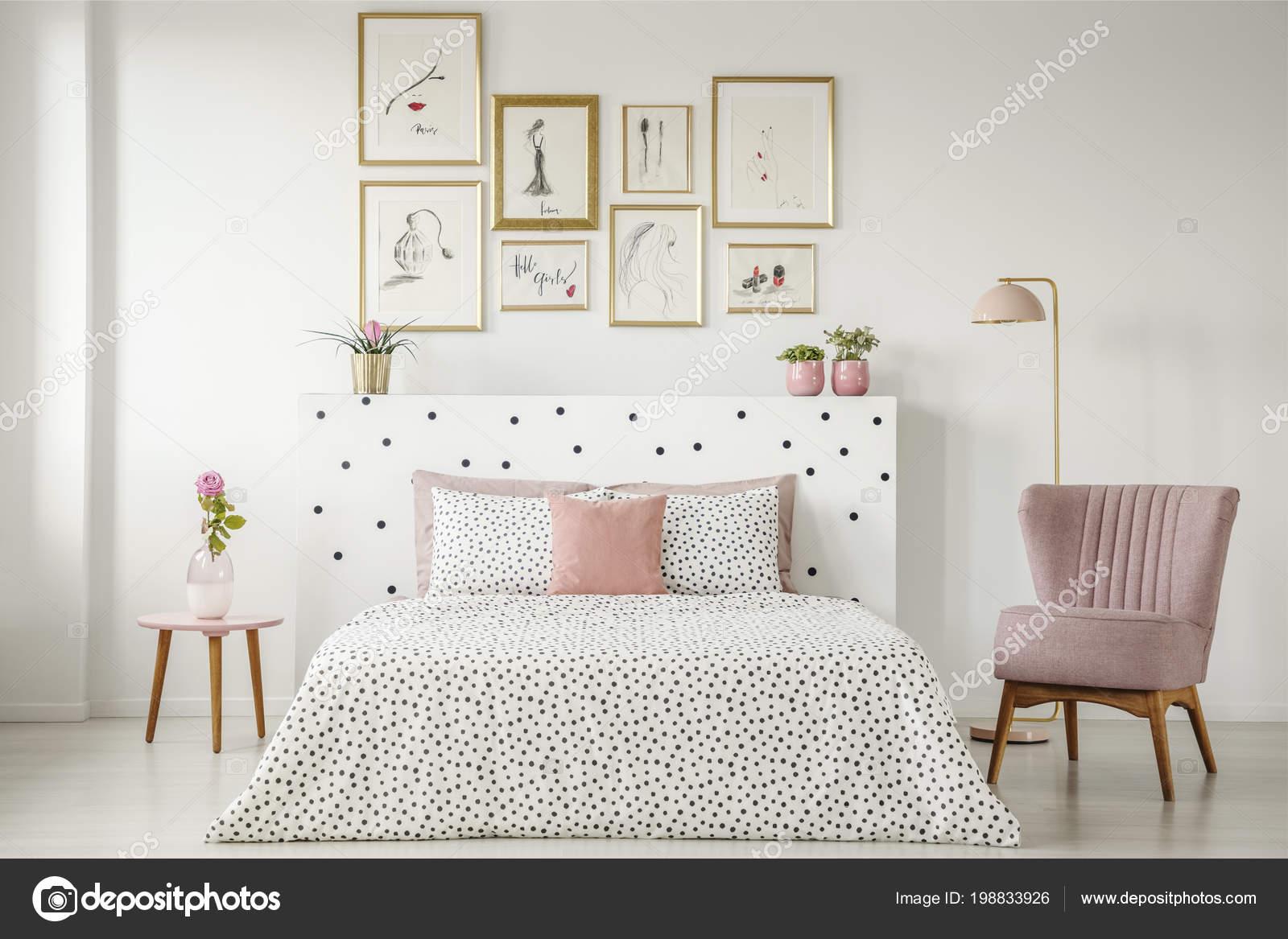 Pianta Camera Da Letto Matrimoniale : Interiore femminile camera letto con letto matrimoniale con lenzuola