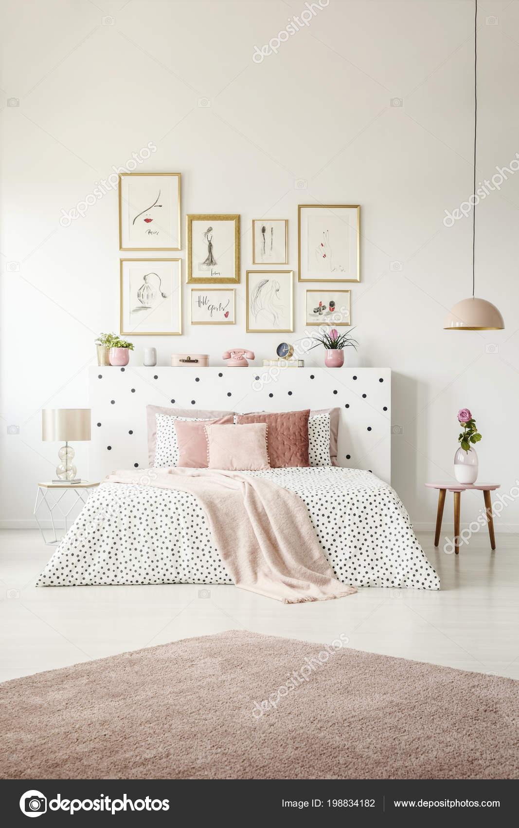 Roze Deken Posters Vrouw Slaapkamer Interieur Met Bloem Tafel Naast ...