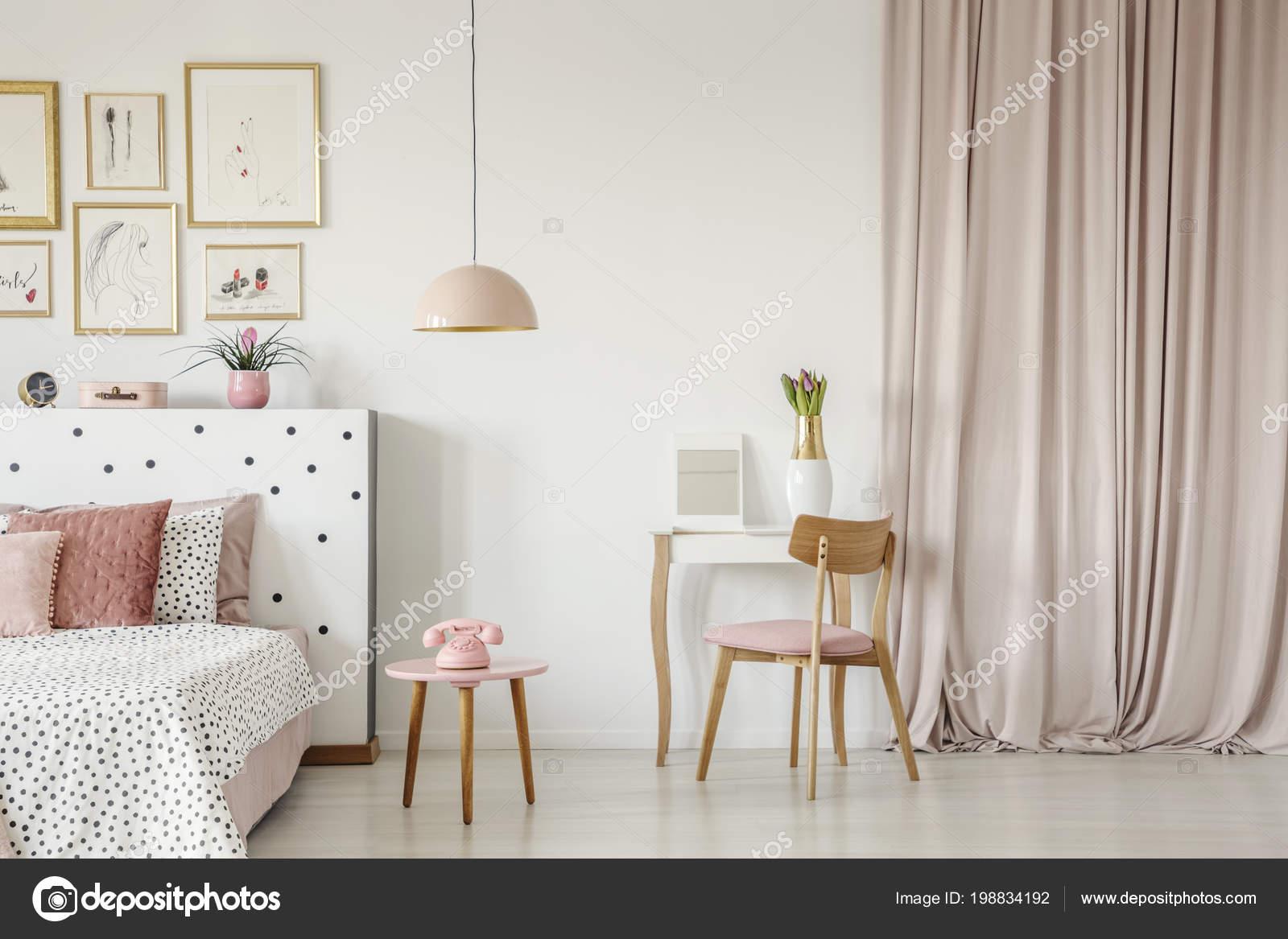Incroyable Chaise Bois Table Vinaigrette Intérieur Chambre Rose Pastel Avec Téléphoneu2013  Images De Stock Libres De Droits