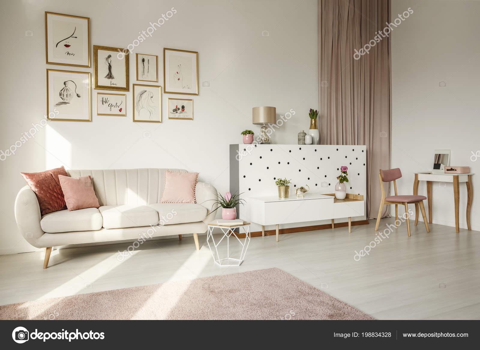 Roze Decoratie Woonkamer : Roze bloem tafel buurt van sofa vrouwelijke woonkamer interieur