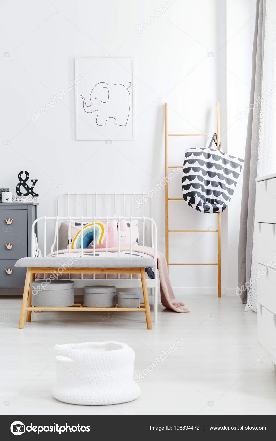 Holzleiter Und Bank Der Nahe Von Weissen Bett Kinderzimmer