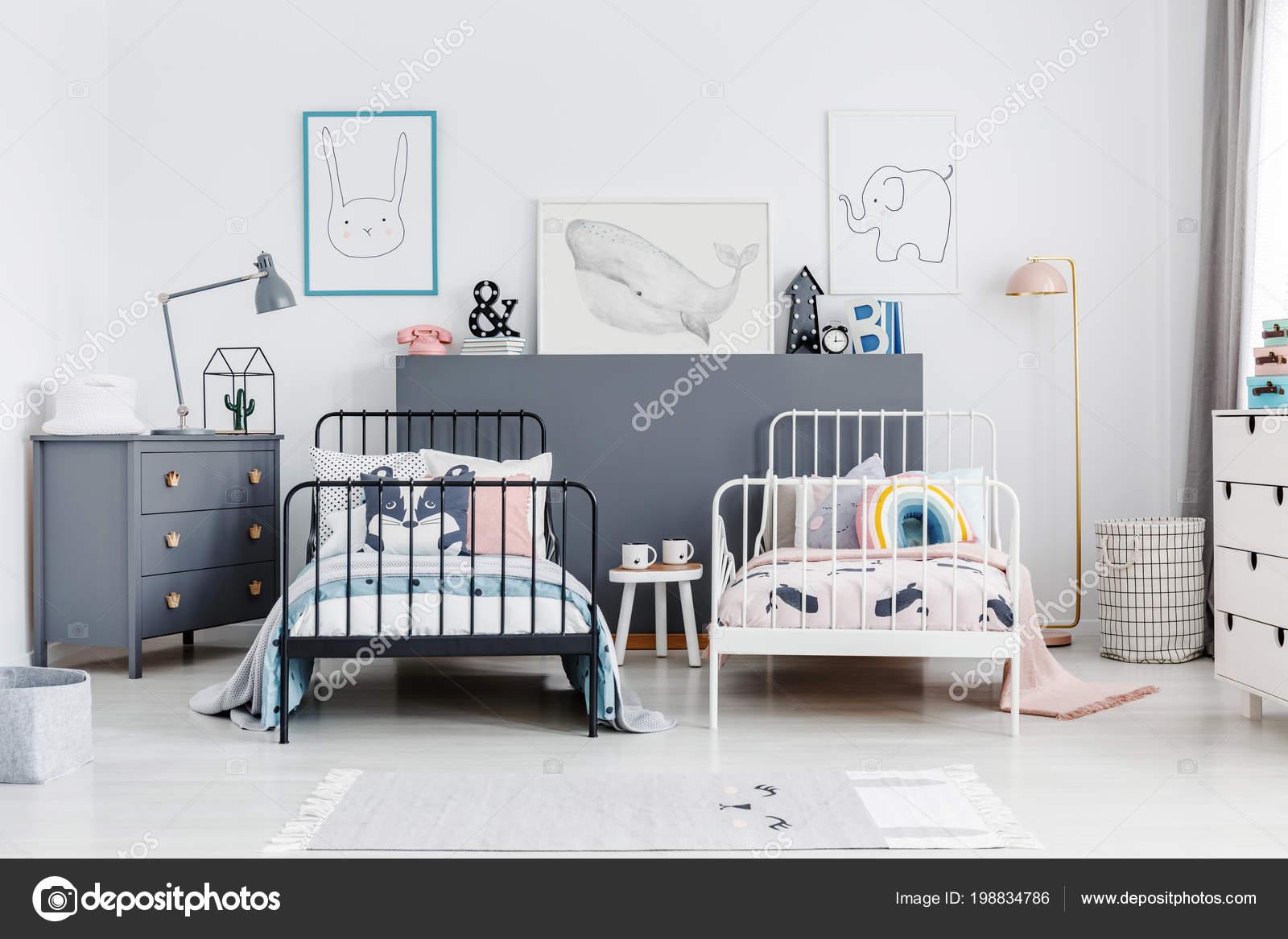 Slaapkamer Lamp Kind : Zwart wit bedden kleurrijke kinderen slaapkamer interieur met