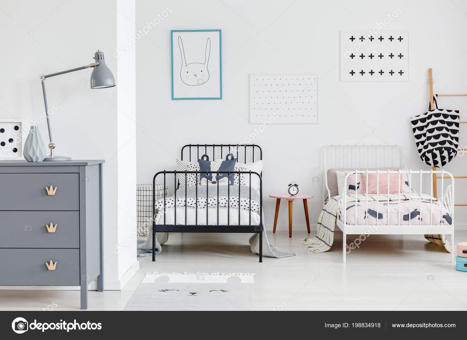 https://st4.depositphotos.com/2249091/19883/i/1600/depositphotos_198834918-stockafbeelding-lamp-grijs-kabinet-heldere-kinderen.jpg