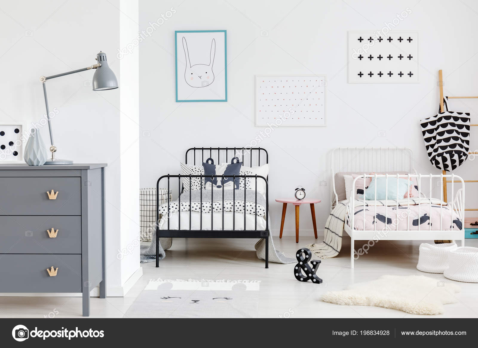Grijze Slaapkamer Lamp : Grijze lamp kabinet kinderen slaapkamer interieur met posters