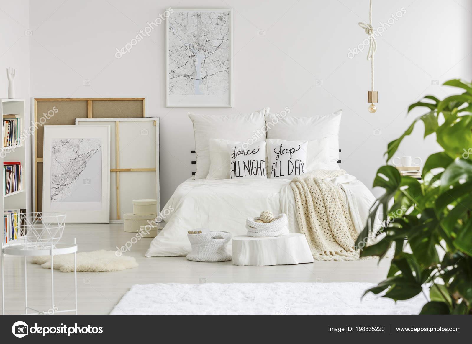 Kussens met tekst geplaatst een kingsize bed met wit beddengoed