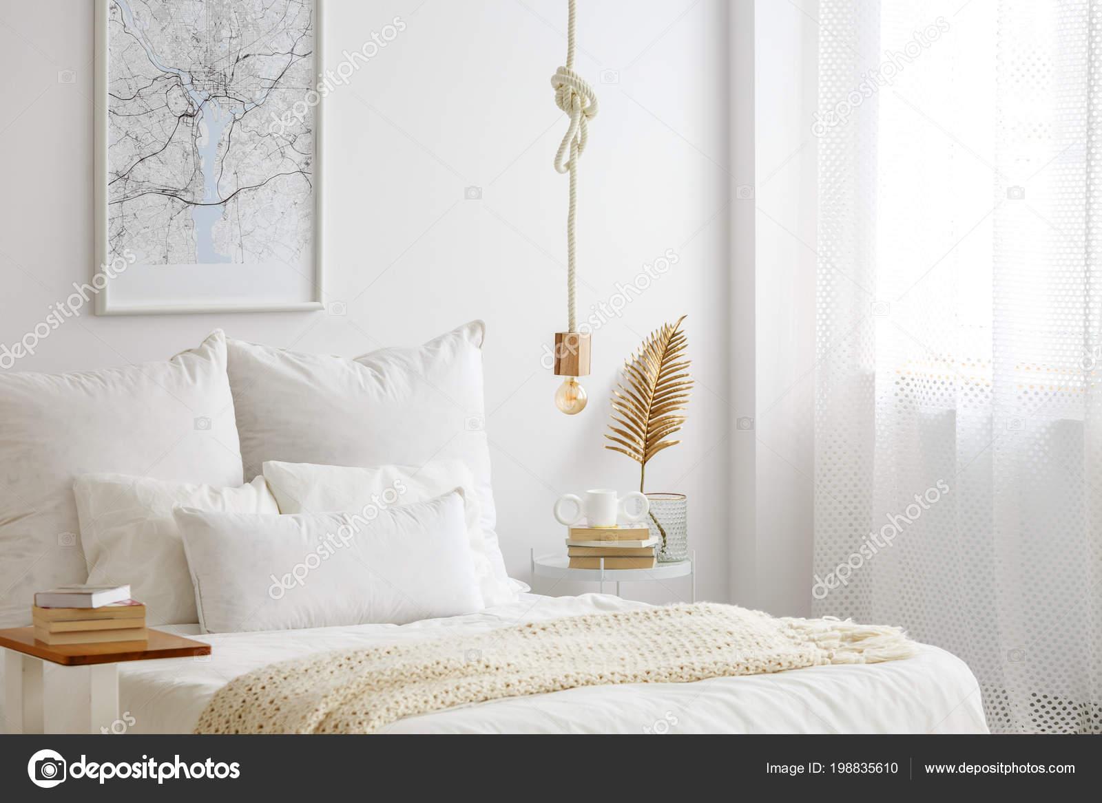 Einfache Lampe Lampe Einem Seil Hängend Über Bett Mit Weißen ...
