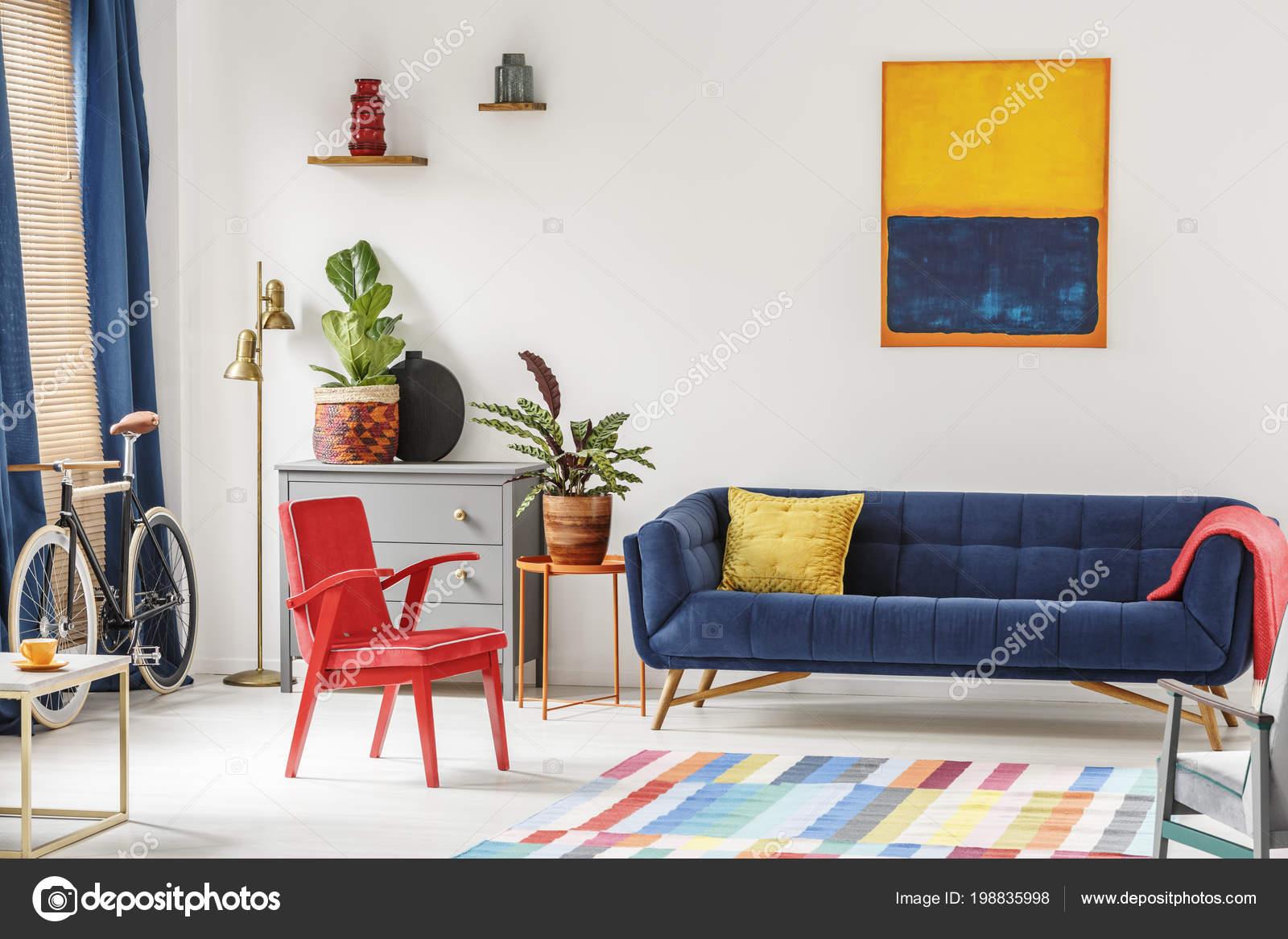 Tappeti Colorati Per Salotto : Sedia rossa blu royal lounge collocati interno luminoso salotto