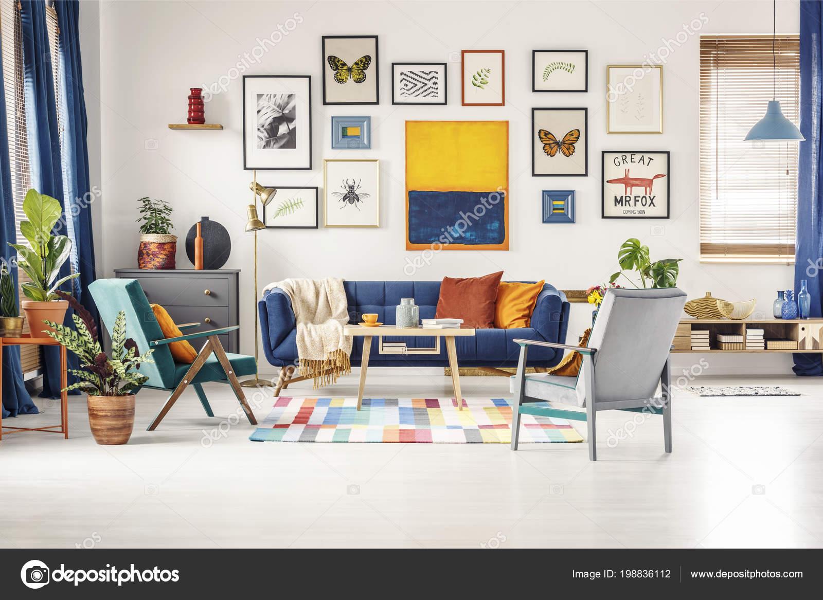 Eenvoudige posters galerij opknoping muur heldere woonkamer