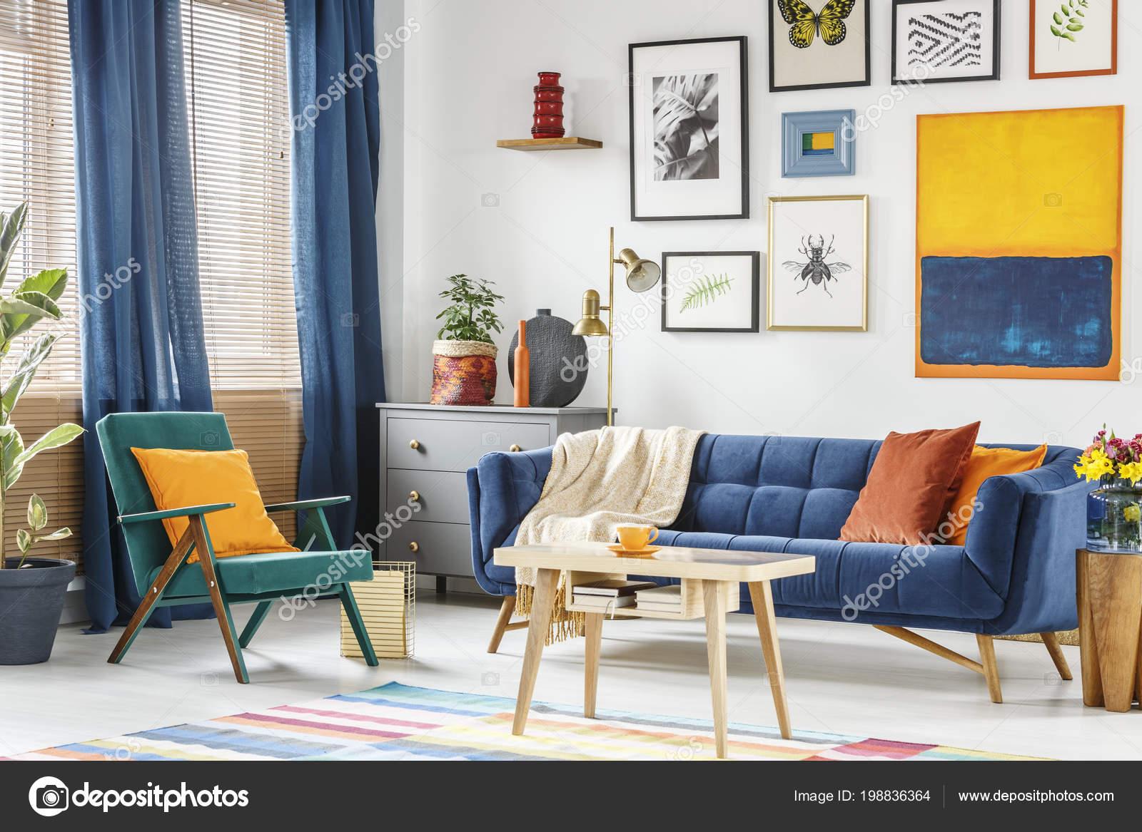 Tavolino Salotto Verde : Foto reale interno colorato salotto con una poltrona verde blu