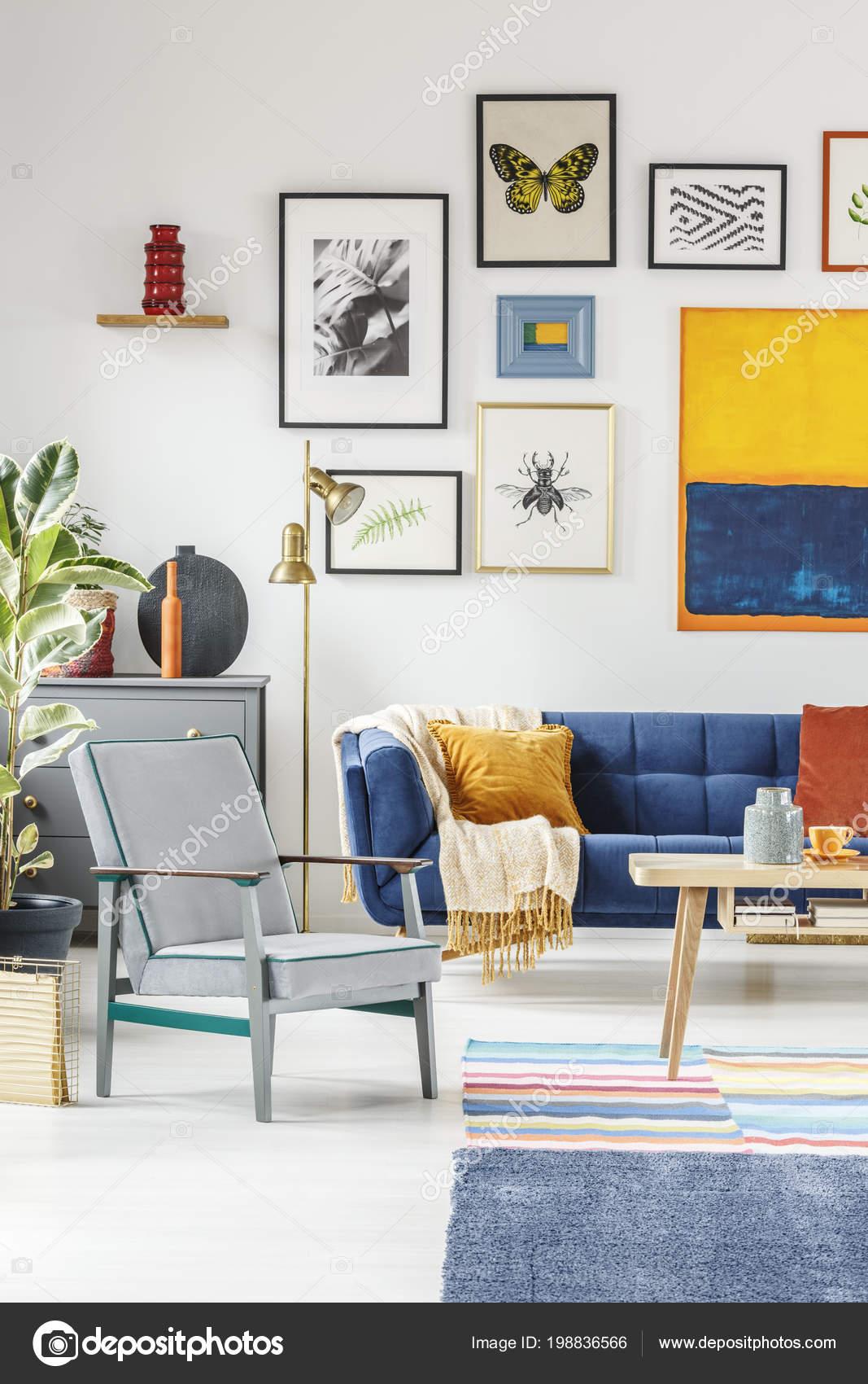 Foto Real Interior Sala Boho Com Uma Galeria Cartazes Pendurados  -> Parede Galeria Sala