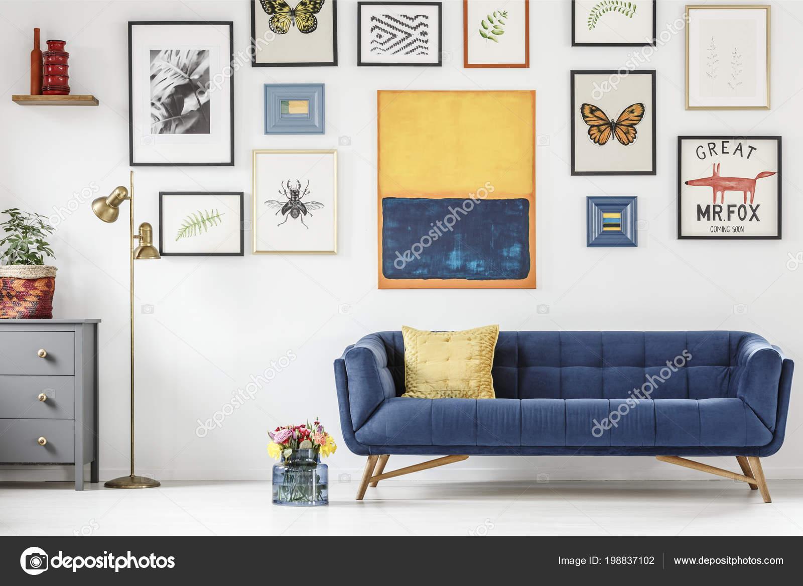 Salon Artistique Blanc Intérieur Avec Meubles Colorés Des