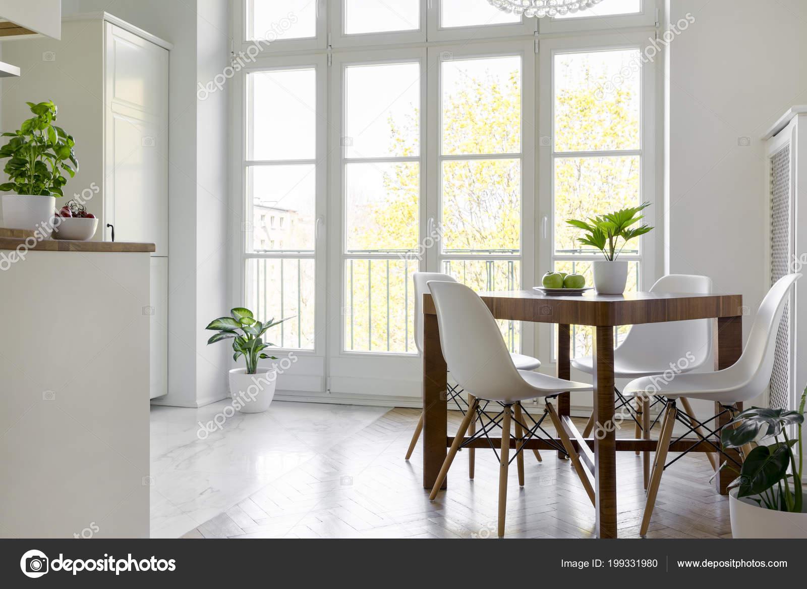 Chaises Blanches Table Bois Avec Des Plantes Interieur Salle Manger